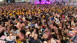 Ribuan ibu berpartisipasi dalam acara pemberian ASI massal di Manila, Filipina pada Minggu (18/8/2019). Sekitar 2.000 ibu serempak menyusui bayi mereka dalam rangka menyokong upaya menekan angka kematian bayi dan menghilangkan pandangan tabu untuk menyusui di muka umum. (AP/Joeal Calupitan)