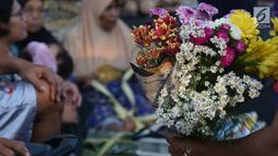Pedagang bunga untuk hiasan Lebaran mulai ramai di Pasar Peterongan Semarang, Kamis (14/6). Bunga sedap malam menjadi salah satu yang paling digemari warga untuk menghias rumah dalam merayakan Lebaran. (Liputan6.com/Gholib)