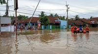 Basarnas Banten Evakuasi Warga Terdampak Banjir Di Kota Cilegon. (03/12/2020). (Yandhi Deslatama/Liputan6.com)