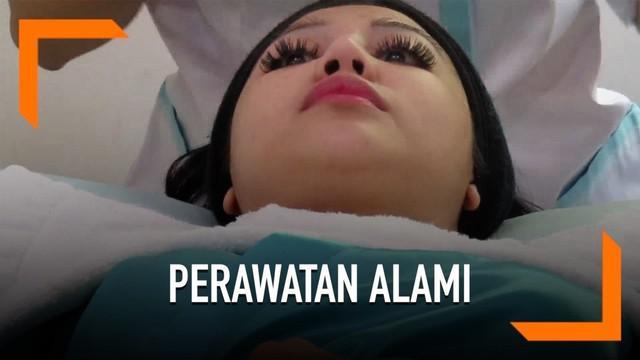 Ariska Putri Pertiwi memilih melakukan perawatan wajah dengan bahan alami yang dipadukan dengan teknologi canggih di Dermaster.