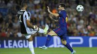 Bek Juventus, Mehdi Benatia, membuang bola dari kejaran bintang Barcelona, Lionel Messi, pada laga Liga Champions di Stadion Camp Nou, Katalonia, Selasa (12/9/2012). Barcelona menang 3-0 atas Juventus. (AFP/Lluis Gene)