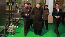 Pemimpin Korea Utara Kim Jong-un meninjau pabrik Samjiyon Potato Farina di Samjiyon, Kamis (4/4). Tahun lalu Kim Jong-un mengunjungi pabrik kentang saat kunjungan 19 harinya ke Samjiyon County di Provinsi Ryanggang yang berbatasan dengan China. (AFP Photo/KCNA VIA KNS)