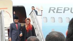 Presiden Joko Widodo didampingi ibu negara, Iriana saat tiba di Kabul, Afghanistan (29/1). Presiden Jokowi tetap melanjutkan agenda kunjungan kenegaraannya, meski telah terjadi serangan bom di negara tersebut. (Liputan6.com/Pool/Rusman Biro Pers Setpres)