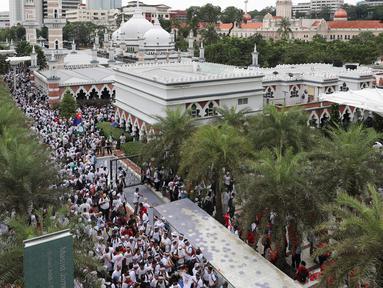 Ribuan pengunjuk rasa berkumpul untuk rapat umum di dekat masjid untuk memprotes langkah pemerintah untuk menarik rencana untuk meratifikasi konvensi anti-diskriminasi PBB, yang disebut ICERD di Kuala Lumpur, Malaysia (8/12). (AP Photo/Vincent Thian)