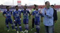 Dejan Antonic pelatih Persib Bandung pada laga melawan Arema Cronus di turnamen sepak bola Bali Island 2016 di Stadion Kapten I Wayan Dipta, Gianyar Bali Selasa (23/2/2016).  (Bola.com/Peksi Cahyo)