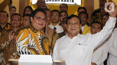 Ketua Umum Partai Gerindra, Prabowo Subianto (kanan) bersama Ketua Umum Partai Golkar Airlangga Hartarto jelang memberi keterangan bersama usai melakukan pertemuan di Jakarta, Selasa (15/10/2019). Pertemuan membahas sejumlah masalah politik dan ekonomi Tanah Air. (Liputan6.com/Helmi Fithriansyah)