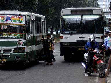 Bus Kopaja saat melintas di kawasan Setia Budi, Jakarta, Jumat (8/5/2015). Pemprov DKI Jakarta secara bertahap akan melarang Metro Mini dan Kopaja yang ugal-ugalan karena mengejar setoran. (Liputan6.com/Johan Tallo)