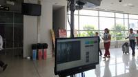 Saat ini telah terpasang satu thermal scanner di masing-masing terminal Bandar Udara Internasional Juanda untuk memindai para penumpang guna mengantisipasi penyebaran penyakit cacar monyet. (Foto: Liputan6.com/Dian Kurniawan)