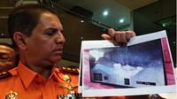 Kepala Basarnas Marsekal Madya TNI Muhammad memperlihatkan gambar jasad diduga penumpang KM Sinar Bangun yang tertangkap oleh ROV atau robot bawah air. (Reyn Gloria/JawaPos.com)