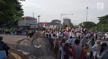 Ratusan massa mengelar aksi di Perempatan Jalan Pahlawan Semarang,  Jumat (10/5). Mereka menuntut kejujuran penghitungan suara KPU pada Pemilu 2019. (Liputan6.com/Gholib)