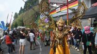 Komunitas Trawas Trashing Carnival (TTC) mampu mengulik sisi positif dari menjamurnya sampah menjadi mahakarya kostum unik. Penasaran?
