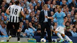 Manuel Pellegrini mengamati jalannya pertandingan pada laga Liga Premier Inggris antara Manchester City dan Newcastle United di Etihad Stadium, Selasa (20 Agustus 2013) (AFP/Andrew Yates)