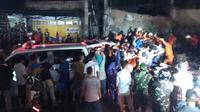 Setidaknya ada empat orang warga meninggal di tempat setelah tertimpa reruntuhan bekas pabrik ubin yang roboh. (Liputan6.com/Fajar Eko Nugroho)