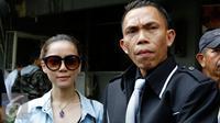 Rere Regina bersama pengacaranya melaporkan istri Charly van Houten, Regina Irawan dengan tuduhan penghinaan dan pencemaran nama baik di Polda Metro Jaya, Jumat (25/9/2015). [Foto: Yoppy Renato]