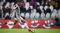 Aksi pemain Juventus, Douglas Costa saat mencetak gol ke gawang Genoa pada lanjutan Serie A di Allianz stadium, Turin, (22/1/2018). Juventus menang tipis 1-0.  (AFP/Marco Bertorello)