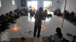 Pendeta memberikan khutbah di Gereja Bethel Indonesia Kalijodo, Jakarta, Minggu (28/2/2016). Pemprov DKI Jakarta memberi kesempatan kepada warga Kristiani untuk beribadah sebelum penggusuran pada 29 Februari. (Liputan6.com/Gempur M Surya)