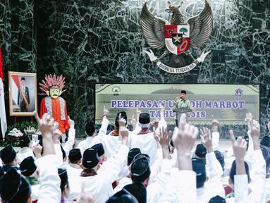 Gubernur DKI Jakarta Anies Baswedan menyampaikan kata sambutan di hadapan marbot masjid Jakarta di Balai Kota, Jumat (9/11). Pemprov DKI memberangkatkan 267 marbot masjid di Jakarta untuk melaksanakan ibadah umrah. (Liputan6.com/Immanuel Antonius)