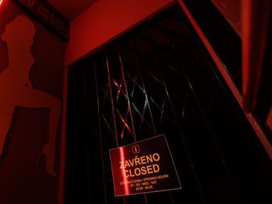 Gerbang rumah bordil Showpark yang ditutup di Praha, Republik Ceko, 30 Maret 2020. Balai kota Praha mempertimbangkan bordil Showpark sebagai tempat berlindung bagi para tunawisma untuk membatasi pergerakan mereka di sekitar kota selama keadaan darurat pandemi corona COVID-19. (AP/Petr David Josek)