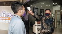 Pengecekan suhu tubuh dan kewajiban menggunakan masker ketika memasuki kantor Bank BRI.