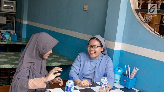 Suster Edita SFIC (39) dan Ela Fauziah (22) merupakan mahasiswi jurusan kebidanan di salah satu sekolah tinggi di kawasan Lenteng Agung, Jakarta. (Liputan6.com/Immanuel Antonius)