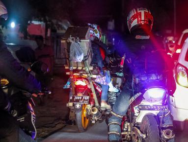 Pemudik bermotor melintas di jalur pantura kawasan Indramayu, Jawa Barat, Minggu (2/7). Arus balik di H+7 yang melintasi Jalur Pantura, Minggu (2/7), mulai menunjukkan peningkatan. (Liputan6.com/Faizal Fanani)