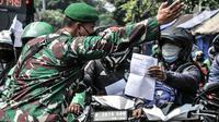 Pengendara menunjukkan STRP kepada petugas saat penyekatan mobilitas di Jalan Basuki Rahmat, Jakarta Timur, Kamis (15/7/2021). Polda Metro Jaya memperluas area penyekatan selama PPKM Darurat menjadi 100 titik mulai pukul 06.00-22.00 WIB guna mengurangi mobilitas. (merdeka.com/Iqbal S Nugroho)
