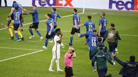 Reaksi pemain Inggris Bukayo Saka usai gagal melepaskan tembakan ke gawang Italia saat adu penalti pada final Euro 2020 di Stadion Wembley, London, Inggris, Minggu (11/7/2021). Italia menang 3-2 lewat adu penalti usai bermain imbang 1-1. (John Sibley/Pool Photo via AP)