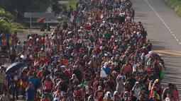 Rombongan imigran Honduras berjalan menuju Amerika Serikat di Ciudad Hidalgo, Meksiko, 21 Oktober 2018. Imigran menuju AS karena banyak kelompok yang menguasai wilayah mereka dan kerap melakukan kekerasan secara brutal. (AP Photo/Moises Castillo)