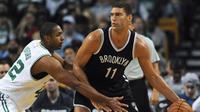 Center Brooklyn Nets, Brook Lopez (kanan) menguasai bola dengan dibayangi center Boston Celtics, Al Horford, pada laga di TD Garden, Boston, Selasa (18/10/2016) WIB. (USA Today Sports)