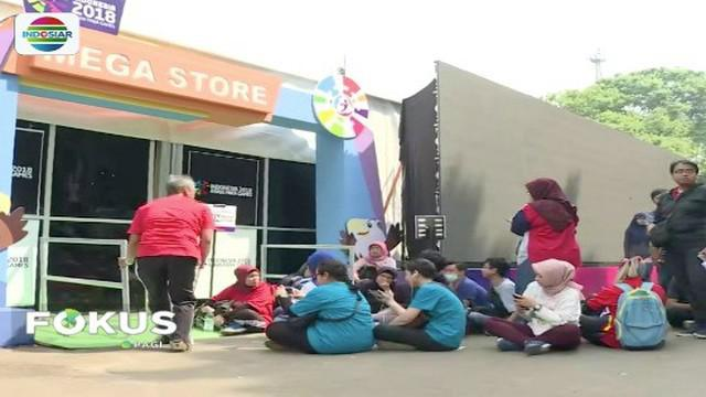 Warga berburu maskot Asian Para Games 2018, Momo, di Mega Store Gelora Bung Karno, Senayan, Jakarta.