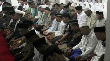 Jamaah Tarekat Naqsabandiyah di Padang, Sumatera Barat, sudah melaksanakan salat Idul Fitri sebagai awal masuknya bulan Syawal dan berakhirnya bulan Ramadan.