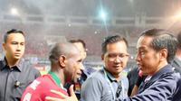 Presiden Joko Widodo mengucapkan selamat kepada kapten Timnas, Boaz Solossa. (Setpres)