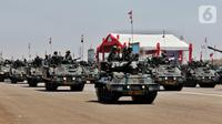 Sejumlah tank melintas saat parade alutsista pada perayaan HUT ke-74 TNI di Lanud Halim Perdanakusuma, Jakarta Timur, Sabtu (5/10/2019). Perayaan HUT ke-74 TNI ini diikuti oleh 6.806 prajurit. (Liputan6.com/JohanTallo)