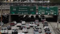 Suasana arus lalu lintas di State Route 110, Los Angeles, California, AS, Selasa (21/2). INRIX, sebuah lembaga penganalisa data kemacetan lalu lintas menyatakan bahwa Los Angeles menjadi kota termacet di dunia. (AFP PHOTO/Justin Sullivan)