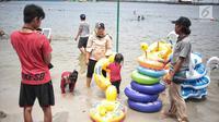 Seorang anak bersiap berenang di Beach Pool Ancol, Jakarta, Selasa (25/12). Pasangnya air laut dan cuaca buruk mengakibatkan pantai Ancol sepi pengunjung saat libur Natal 2018. (Liputan6.com/Faizal Fanani)