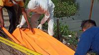 Evakuasi jasad wanita ditemukan tewas mengambang di Situ Cipondoh, Tangerang. (Liputan6.com/Pramita Tristiawati)