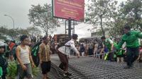 Besi muatan truk tronton menimpa dua pengendara sepeda motor di Tangerang. (Liputan6.com/Pramita Tristiawati)