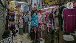 Aktivitas pedagang saat menunggu pembeli di Pasar Pondok Labu, Jakarta, Rabu (10/2/2021). Satu pedagang dinyatakan positif Covid-19, meski begitu pengelola Pasar Pondok Labu tetap melanjutkan operasional pasar sambil melakukan tracing dan tracking pada para pedagang. (Liputan6.com/Faizal Fanani)