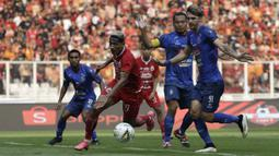 Gelandang Persija Jakarta, Bruno Matos, berusaha melewati pemain Arema FC pada laga Shopee Liga 1 di SUGBK, Jakarta, Sabtu (3/8). Persija bermain imbang 2-2 atas Arema. (Bola.com/Yoppy Renato)