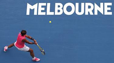 Petenis Spanyol, Rafael Nadal berusaha mengembalikan bola Nick Kyrgios dari Australia selama pertandingan tunggal putaran keempat di kejuaraan tenis Australia Terbuka di Melbourne, Australia (27/1/2020). Rafael Nadal menang dengan skor 6-3, 3-6, 7-6 (6), 7-6 (4). (AP Photo/Andy Wong)