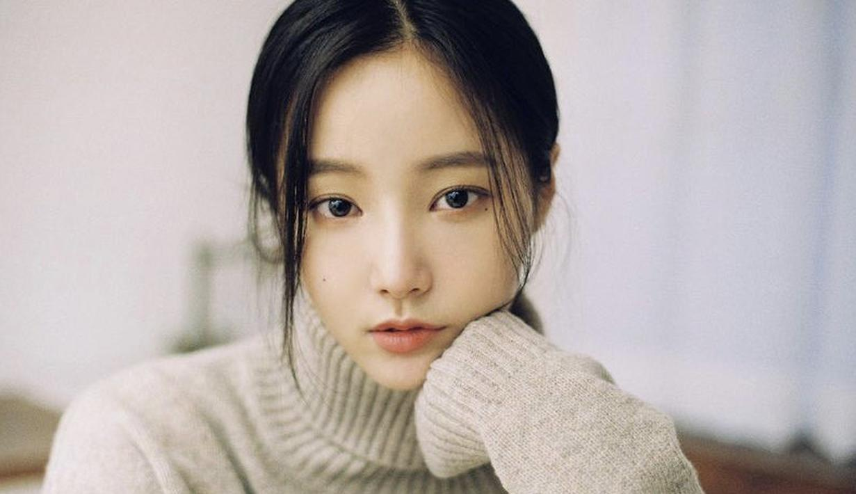 Menurut laporan Dispatch pada 30 Agustus 2021, Lee Min Ho adalah orang pertama yang merayakan ulang tahun Yeonwoo pada 1 Agustus lalu. Dalam foto tersebut Yeonwoo tampak natural hanya menggunakan lipstik warna peach dengan alis yang sudah on point. Dok. Instagram @chloelxxIxx