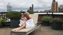 Stormi terlihat bahagia banget ya ketika berada di pelukan Kylie Jenner! (instagram/kyliejenner)