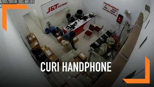 CCTV di sebuah perusahaan cargo merekam aksi pencurian puluhan unit handphone di Kota Waringin Timur, Kalimantan Tengah.
