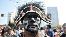 Masyarakat Papua mantan karyawan PT Freeport Indonesia melakukan penggalangan dana saat Car Free Day, Jakarta, Minggu (5/8). Dalam aksinya, mereka menjual pigura yang hasilnya digunakan untuk bertahan hidup di Jakarta. (Merdeka.com/Iqbal S. Nugroho)