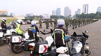Personil gabungan melakukan apel pasukan pengamanan di Monas, Jakarta, Senin (19/7/2021). Pengamanan tersebut dilakukan untuk menjaga Hari Raya Idul Adha 1442 Hijriah dimasa pandemi Covid-19 saat PPKM Darurat. (Liputan6.com/Angga Yuniar)