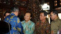 Usai pertemuan dan jumpa pers, Presiden Susilo Bambang Yudhoyono menyalami satu persatu delegasi Koalisi Merah Putih. Tampak, Presiden SBY menyalami mantan Ketua MPR, Hidayat Nur Wahid, di Puri Cikeas, Bogor, (2/9/2014). (Liputan6.com/Helmi Fithriansyah)