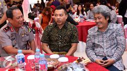 Anang Hermansyah berbincang dengan musisi senior Sam Bimbo dan petinggi Polda Jaya disela acara sosialisasi UU No 28 Tahun 2014 tentang Hak Cipta terhadap pengusaha karaoke di Polda Metro Jaya, Jakarta, Kamis (6/10). (Liputan6.com/Gempur M)
