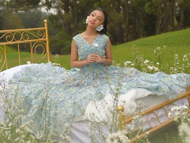 Naura Ayu kini baru saja merilis lagu terbarunya yang bertajuk Kisah Kasih Sayang. Dalam lagu ini, perempuan berusia 15 tahun ini menunjukkan citranya yang kini lebih feminin dan dewasa. (Liputan6.com/IG/naura.ayu)
