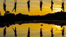Anggota Teater Sirkus Triko menampilkan tarian hammock di udara dengan menggantung dari Jembatan Mladost di atas Sungai Sava, Zagreb, Kroasia, 11 Juni 2020. (Xinhua/Pixsell/Borna Filic)