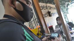 Ahmad Hilmy Almusawa meracik kopi pesanan pelanggan di Mata Hati Koffie di Pamulang, Tangerang Selatan, Selasa (21/7/2020). Barista muda yang mengalami kebutaan total sejak umur 12 tahun dan masih kuliah di Fakultas Ilmu Pendidikan UMJ ini sejak Februari membuka kedai kopi. (merdeka.com/Arie Basuki)